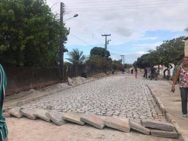 Obras de pavimentação realizadas pela Prefeitura avançam no Conjunto Antônio Mariz, em Alhandra