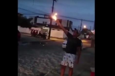 Resultado de imagem para Após ser presa em casa com arsenal, mulher é recebida com festa e fogos em João Pessoa