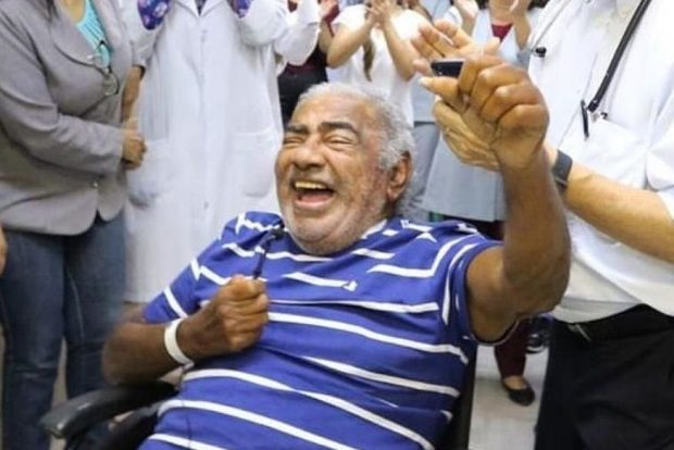 Resultado de imagem para Pinto do Acordeon faz apresentação em corredor de hospital, em João Pessoa
